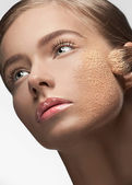 Young woman applying makeup — Stock Photo