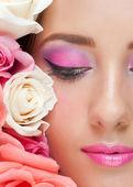 Frau mit rosen und stilvollen make-up — Stockfoto