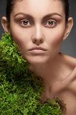 Femme avec de la mousse poussant sur son cou — Photo