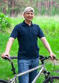 Hombre con ciclo al aire libre — Foto de Stock