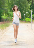 Young woman running outdoors — ストック写真