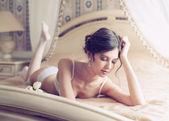 Mooie bruid in witte lingerie — Stockfoto