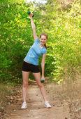 女人用哑铃锻炼 — 图库照片