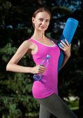健身带瓶水的女人 — 图库照片