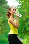 женщина питьевой воды после фитнес — Стоковое фото