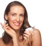 žena použitím hydratační krém — Stock fotografie