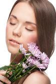 Ganska ung kvinna med blommor — Stockfoto