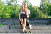 Podnikání žena pomocí notebooku venku — Stock fotografie