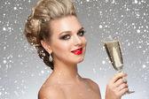 Kobieta z lampką szampana — Zdjęcie stockowe