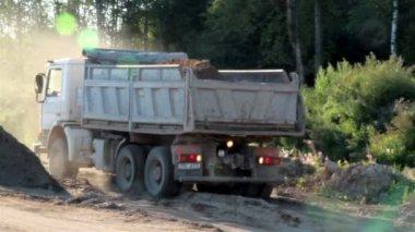 Camion è pronto a scaricare la sabbia e la ghiaia — Video Stock