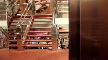 Ascensore di chiusura e persone in attesa vicino le scale — Video Stock
