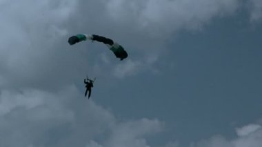A guy skillfully maneuvering his parachute — Stock Video