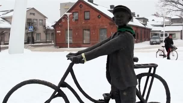Une statue d'un homme en bicyclette et l'écharpe — Vidéo
