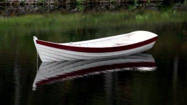 Keten aangesloten op de boot — Stockvideo