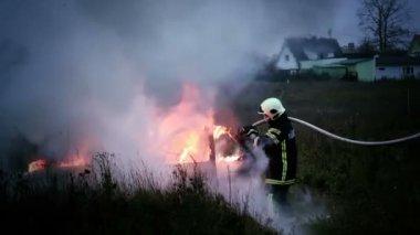 Firemen extinguishing fire — Stock Video