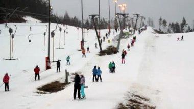 多くの人々 とのスキー リゾートのビュー — ストックビデオ