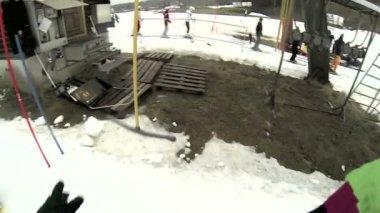 Człowiek jest wprowadzenie na jego ski — Wideo stockowe
