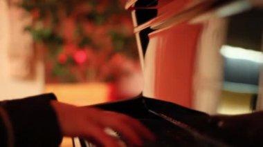 Una ragazza suonare il pianoforte — Video Stock