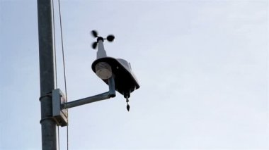 An anemometer getting the wind speed — Stock Video