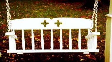 Banco de oscilación pendular y caído hojas de halloween — Vídeo de Stock
