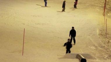 Dwoje dzieci robią wystawę na śniegu — Wideo stockowe