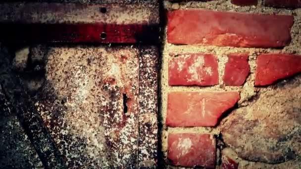 Pernos y tuercas en la puerta conectan a la pared de ladrillo — Vídeo de stock