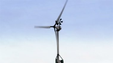 The turning wind turbine — Stock Video