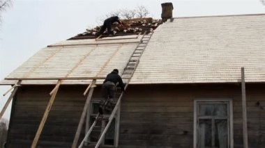 Roofers putting some wooden shingles on the roof — Stock Video