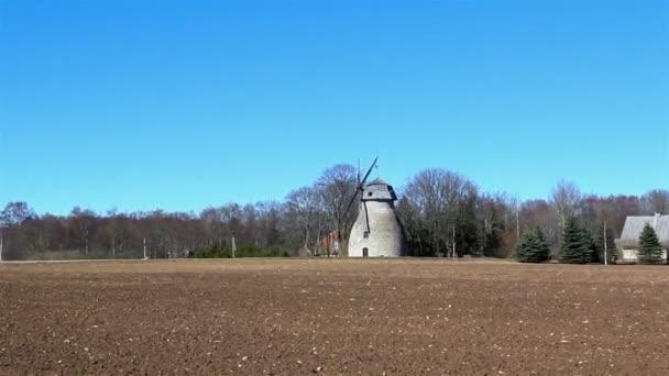 Le vieux moulin à vent du pays — Vidéo