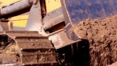 De caterpillar trekker krijgen wat zand — Stockvideo