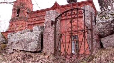 Malé staré brány kostela — Stock video