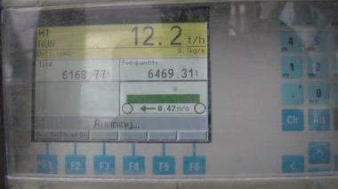 Een monitor met nummers van een machine — Stockvideo