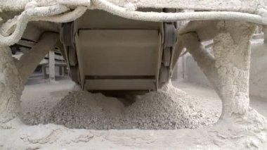 The view beneath the stone conveyor — 图库视频影像