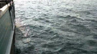 A água do mar é bilging e acenando dos navios movimento gh4 4 k uhd — Vídeo stock