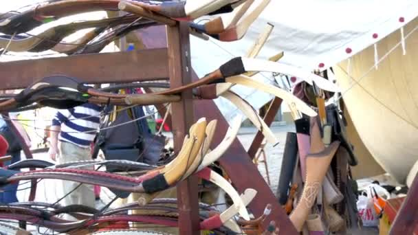 Un montón de arcos y flechas mostradas en la calle gh4 4 k uhd — Vídeo de stock