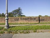 Tuğla duvar üzerine yazıları ile — Stok fotoğraf