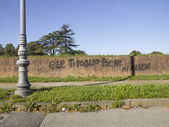 Ziegelmauer mit schriften darauf — Stockfoto