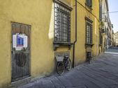自行车在托斯卡纳的房子墙 — 图库照片