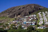 宽射击的古努尔山坡上的房子 — 图库照片