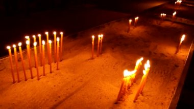 Luzes de vela de igreja na época de Natal — Vídeo stock