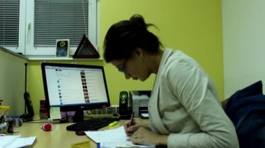 Attractive woman in her office — 图库视频影像