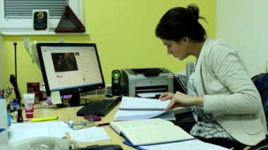 Attractive woman in her office — Vídeo Stock
