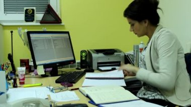 Attractive woman in her office — Stock Video