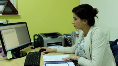 Attractive woman in her office — Vídeo de Stock
