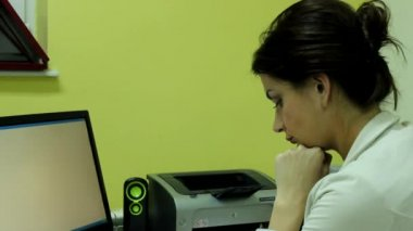 Attractive woman in her office — Video Stock
