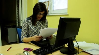 Attractive woman in her office — Stockvideo
