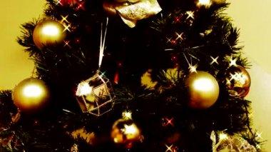 Decoraciones en el árbol de Navidad — Vídeo de Stock