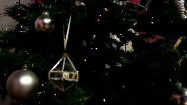 Decoraties op de kerstboom — Stockvideo