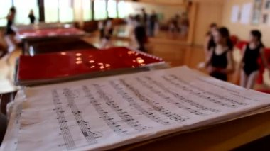 Music sheet with a Ballet in background — Stok video