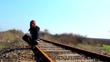Ragazza sulla ferrovia — Video Stock